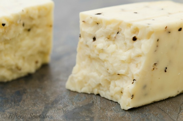 Crumbly black pepper cheddar cheese for wine pairing