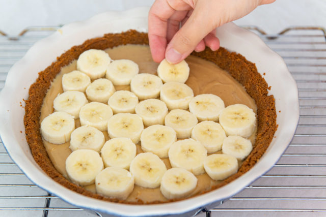 Adding Sliced Bananas to the Dulce de Leche Layer