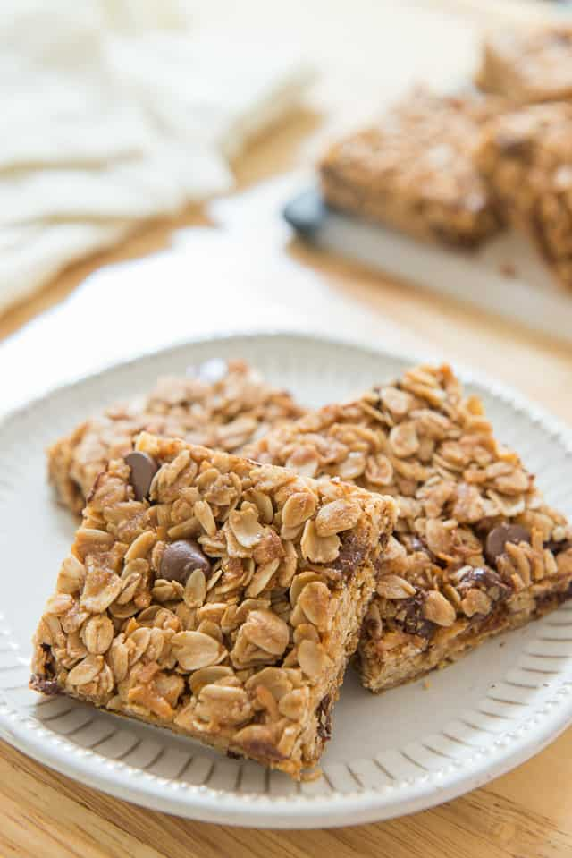 Homemade Chocolate Chip Granola Bars are a delicious lunchbox or afternoon treat! #granola #granolabars #backtoschool #schoolsnacks #chocolate