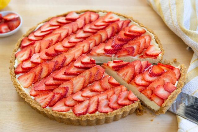 No Bake Graham Cracker Crust With Mascarpone and Strawberry Slices